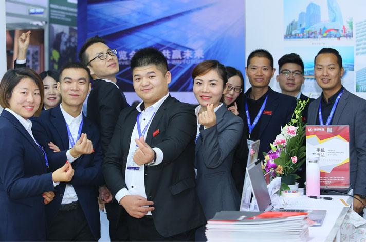 在中国韦德国际官网网址防水展2017上,展商与观众互相交流。
